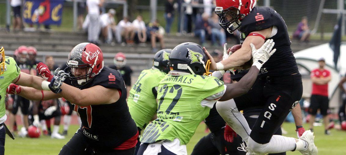 Cardinals Franck Ewane stoppt Nielsen - Foto Assindia Cardinals / Dirk Unverferth